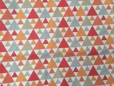 Triángulos rojo-naranjas..